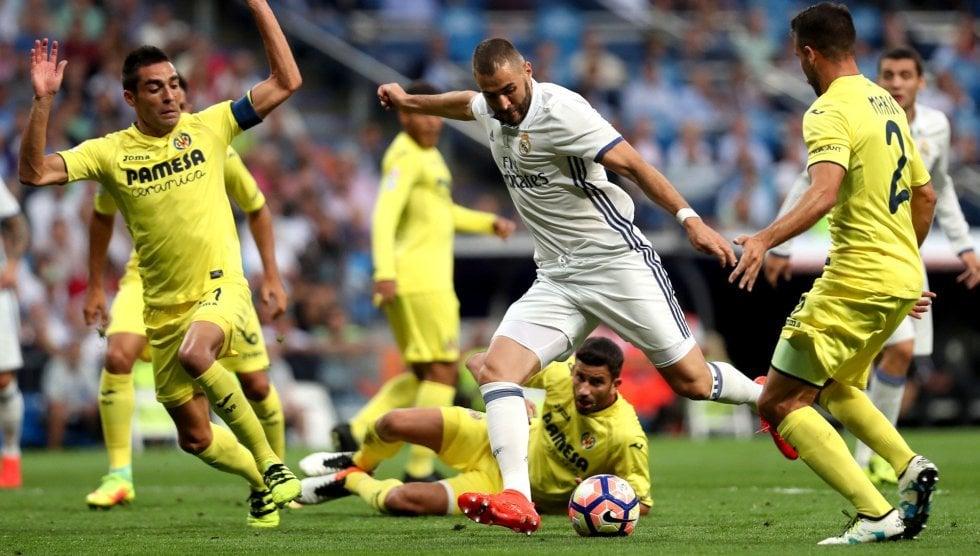 Benzema frente a la defensa amarilla. Fuente: Diario El País