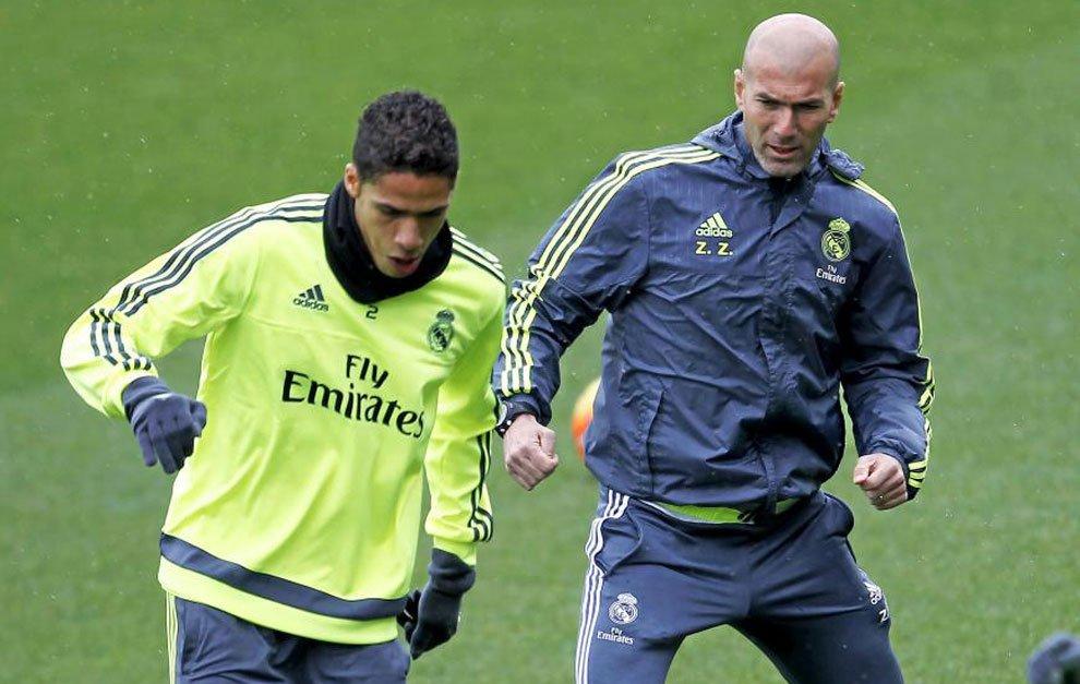 Varane junto a Zidane. Fuente: Diario Marca