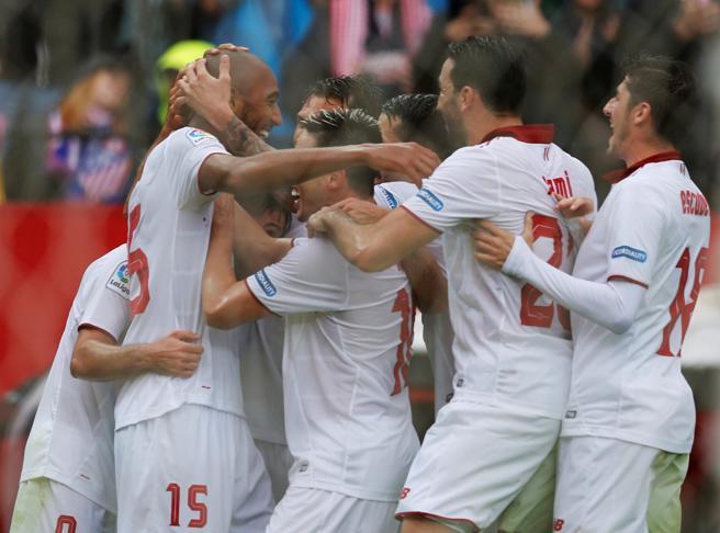 El Sevilla celebrando el gol de N´Zonzi. Foto via La Vanguardia.