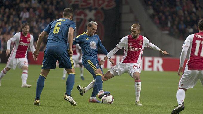 Marcelo Díaz y Nemanja Radoja contra el Ajax en UEL. Foto vía vigo.eldesmarque.com