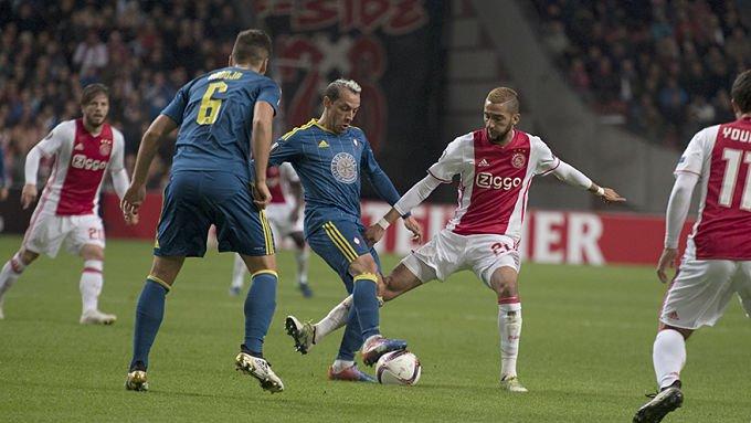 Radoja ante el Ajax en el Amsterdam Arena de UEL. Foto vía ElDesmarque