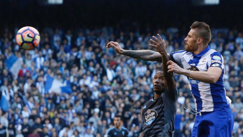 Cara y cruz. Beauvue pelea un balón con Albentosa. Imagen vía La Voz de Galicia.