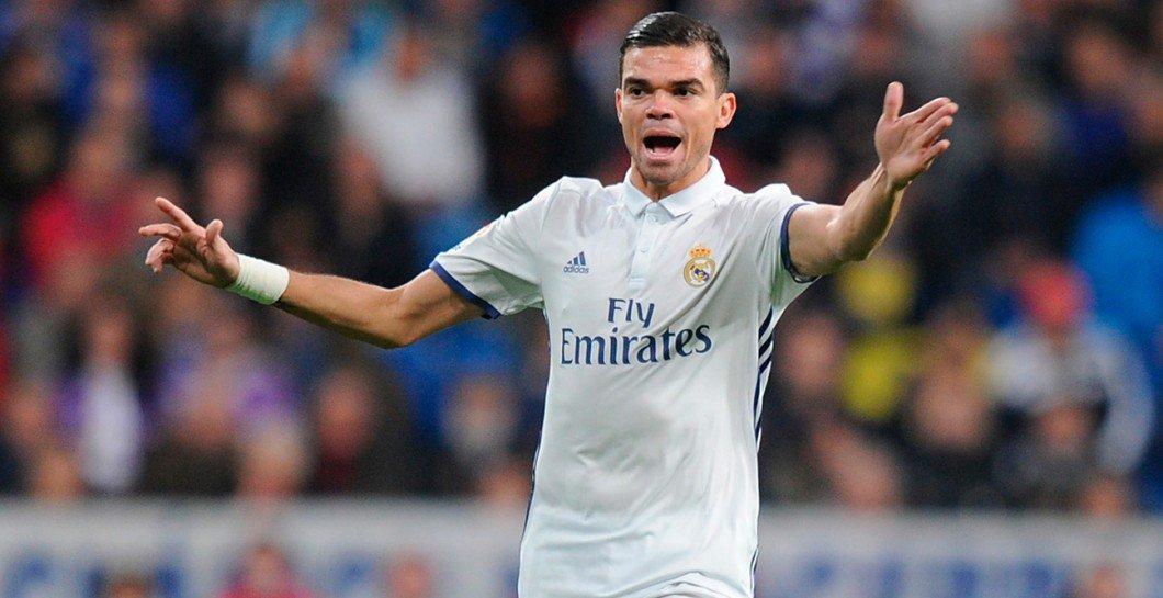 Pepe durante un partido esta temporada vía defensacentral.com