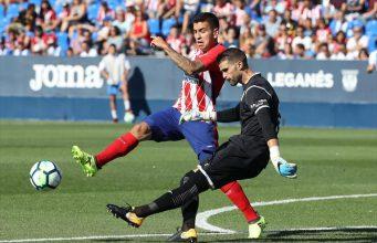 Pichu Cuéllar despejando la pelota contra el Atlético de Madrid.
