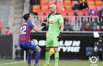 Oliveira se agarra a Dmitrovic en una acción