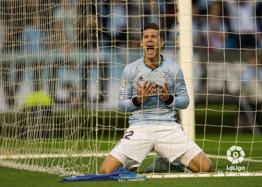 Santi Mina celebrando un gol