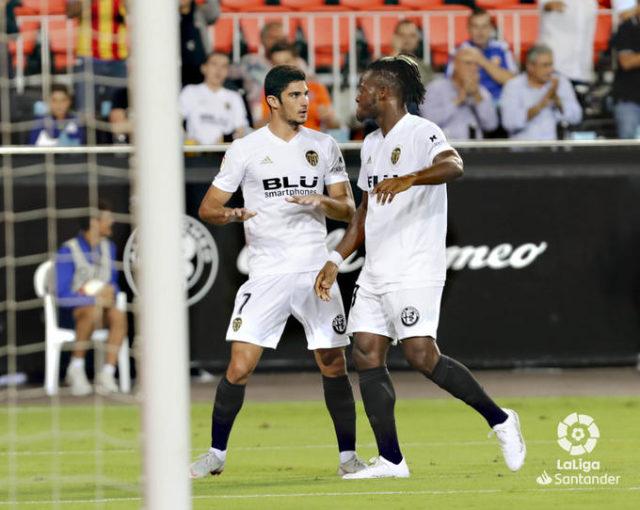 Guedes y Correia celebran un gol