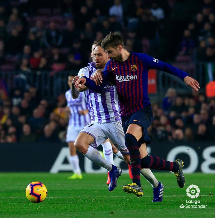 Piqué durante una acción con un futbolista del Real Valladolid