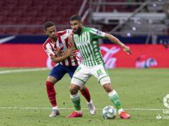 Fekir protege el balón en una acción con Lodi