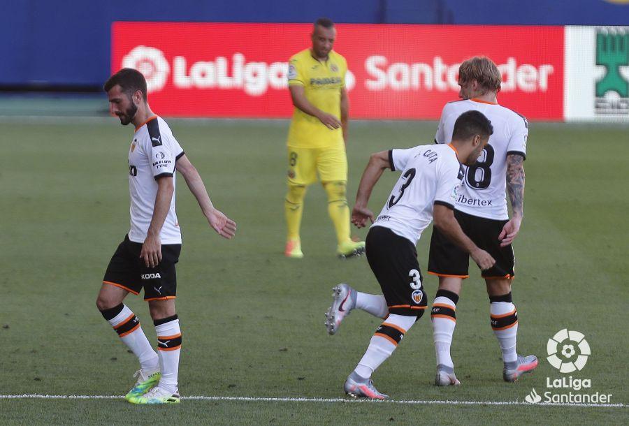 Gayà, durante un partido con el Valencia