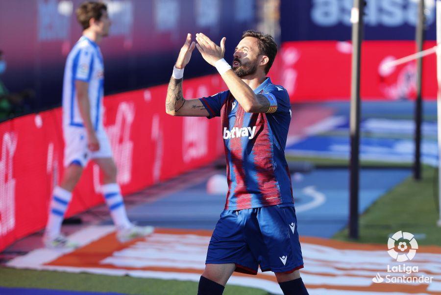 Morales celebrando un gol