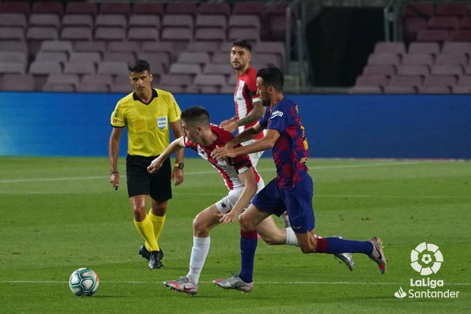 Busquets presiona a un contrario durante un partido en el Camp Nou