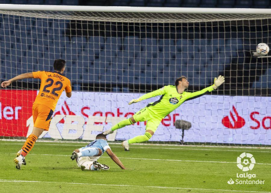 Maxi Gómez marca ante Rubén Blanco