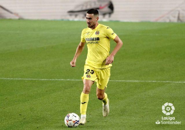 Moi Gómez conduce el balón durante el partido ante el Barcelona