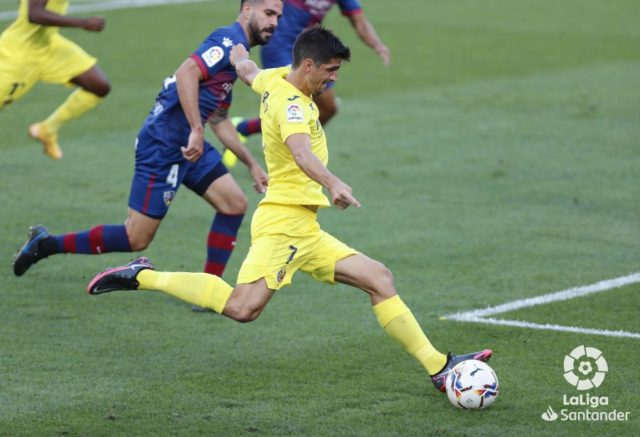 Gerard Moreno golpea el balón