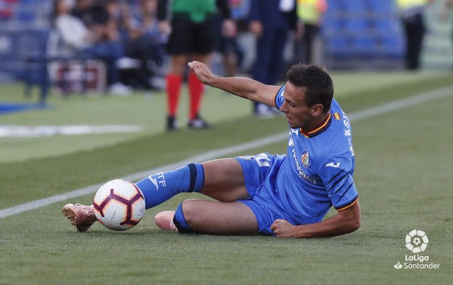 Maksimovic recupera un balón desde el suelo