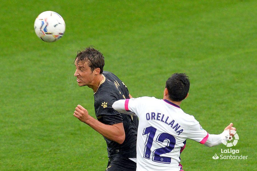 Pina y Orellana luchan por el balón