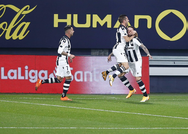 León celebrando el gol de Roger