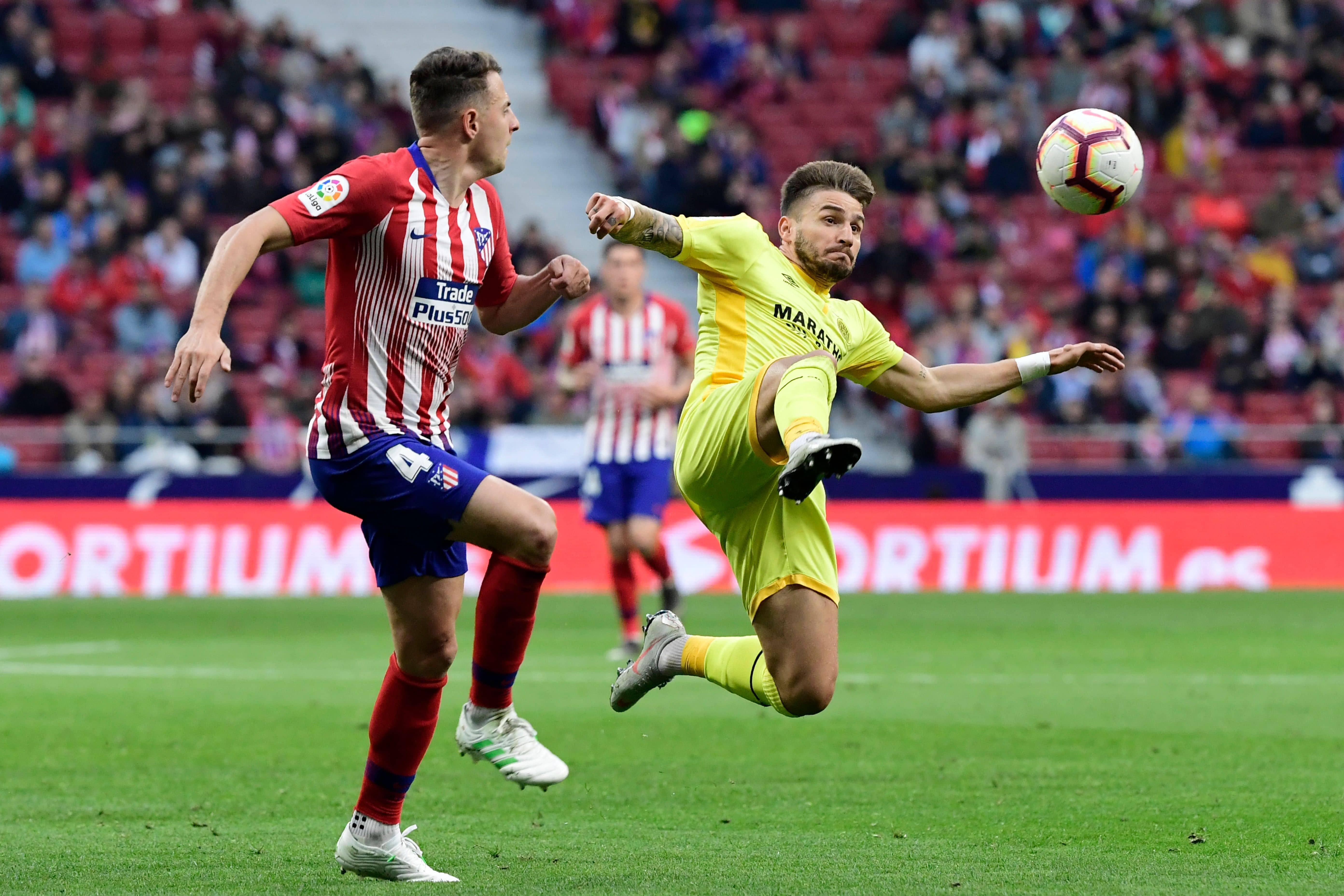 Aleix García disputa un balón a Gimenez
