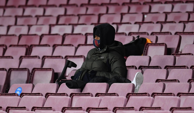 Ansu Fati viendo un partido desde la grada