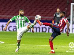 Lemar y Fekir pelean por el balón