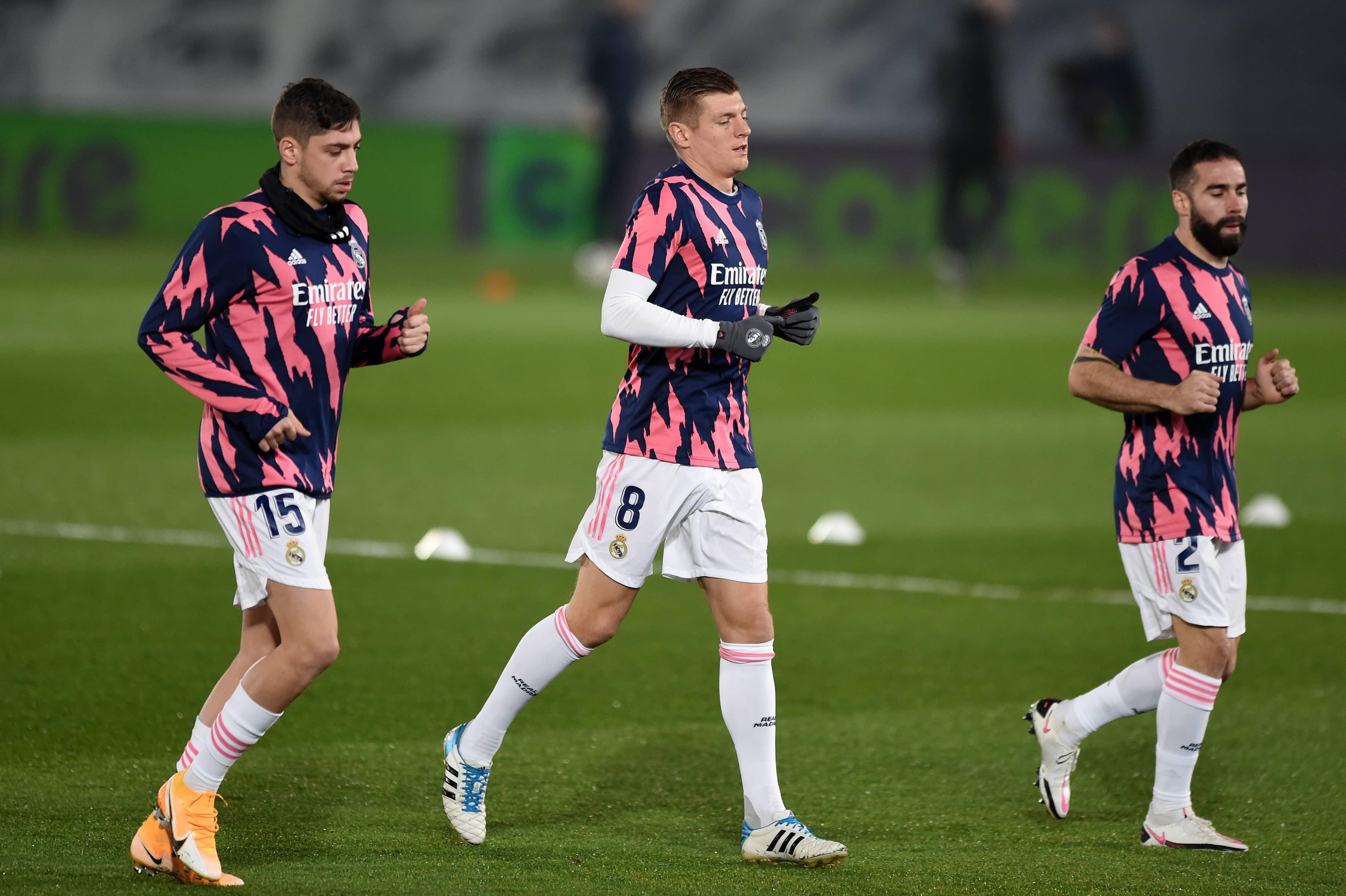 Valverde, Kroos y Carvajal en calentamientos previos a un partido.