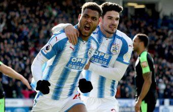 Mounié marcando un gol con el Huddersfield Town