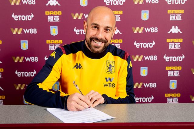 Pepe Reina, durante su presentación con el Aston Villa.