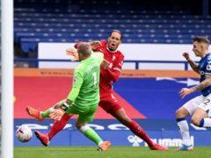 Virgil van Dijk, lesionado de la rodilla durante el choque contra el Everton